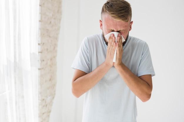Man lijdt aan verkoudheid