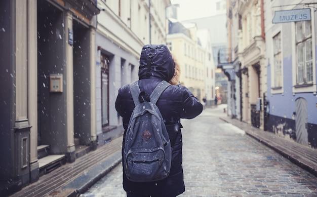 Man loopt door een oude stad