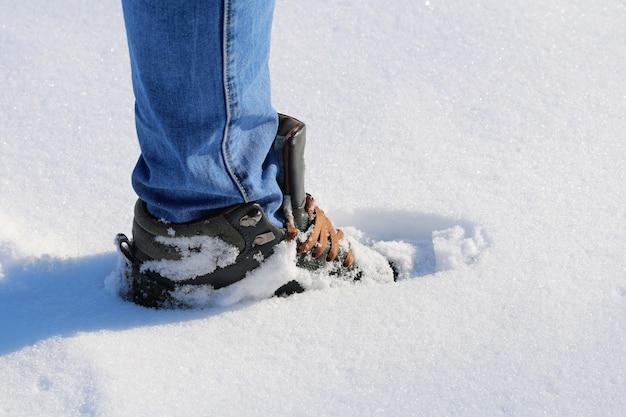 Man loopt in sneeuw voetafdrukken in de sneeuw diepe sneeuw sneeuwjacht