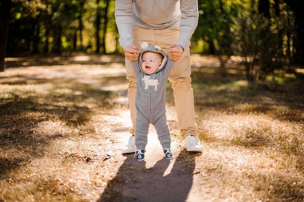 Man loopt met een schattige babyjongen