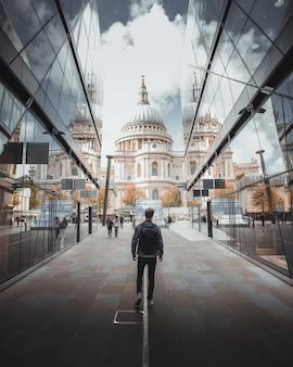Man loopt naar st. paul's cathedral in het centrum van londen