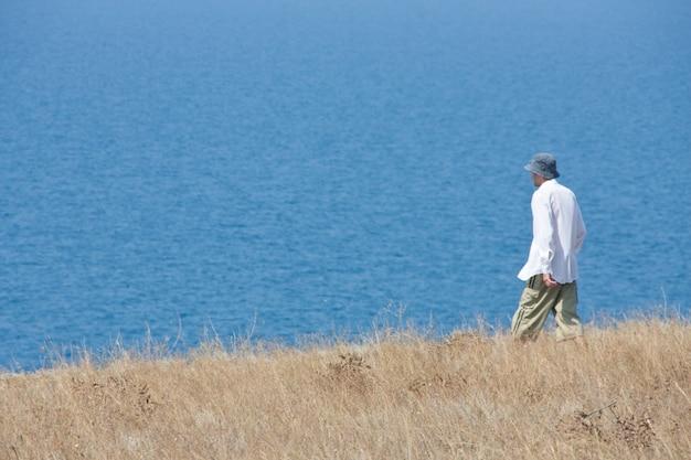 Man loopt naar zee