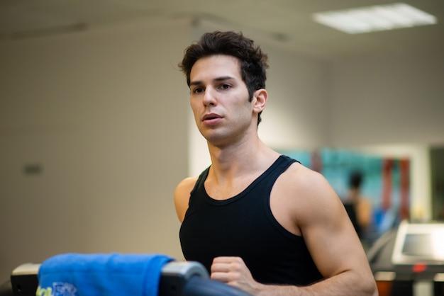 Man loopt op de loopband in een sportschool