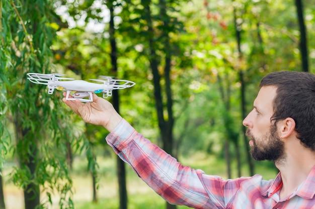 Man loopt quadrocopter in bos