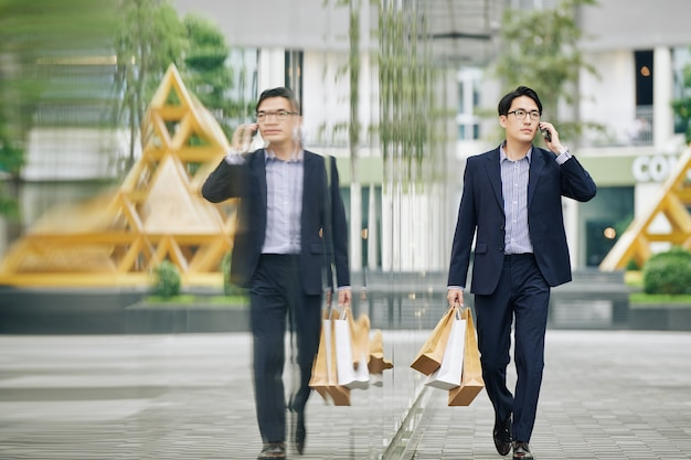Man lopen in de straat