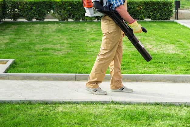 Man lopen met bladblazer machine