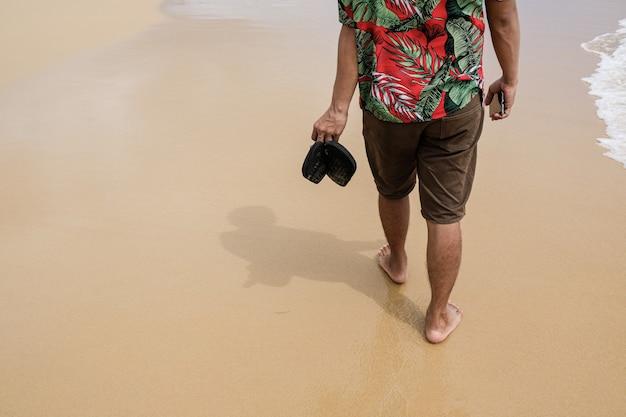 Man lopen op het strand