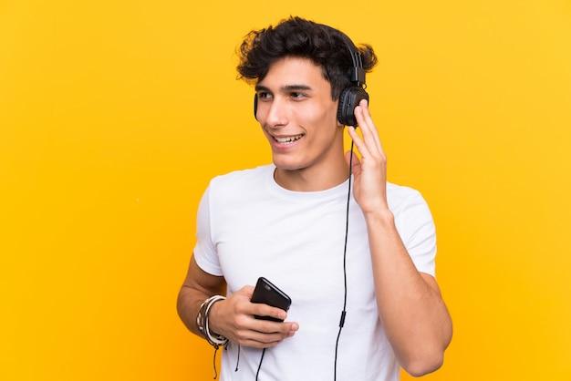 Man luisteren muziek over geïsoleerde muur