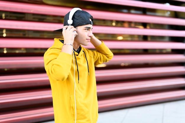 Man luisteren muziek via oortelefoons.