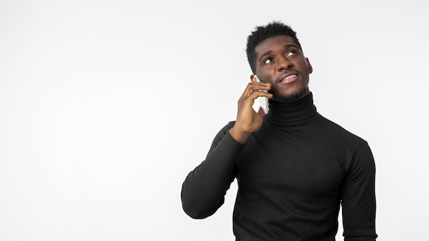 Man luisteren naar muziek op draadloze koptelefoon