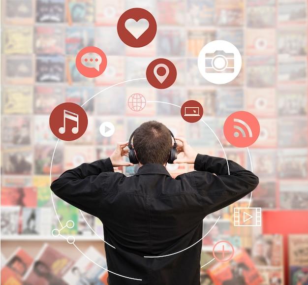 Man luisteren naar muziek op oortelefoons