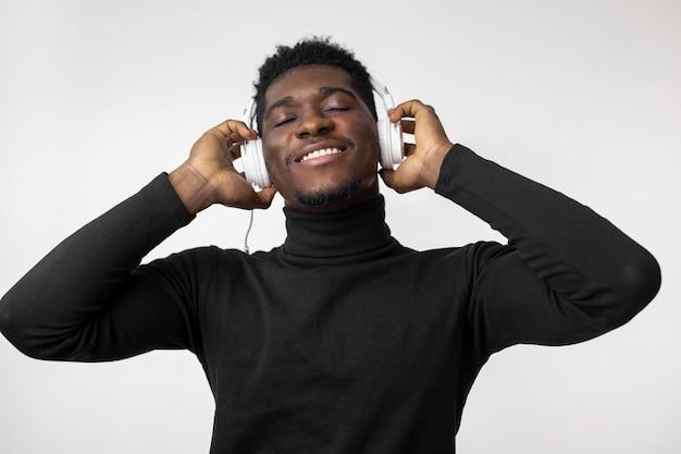 Man luisteren naar muziek op overhead koptelefoon