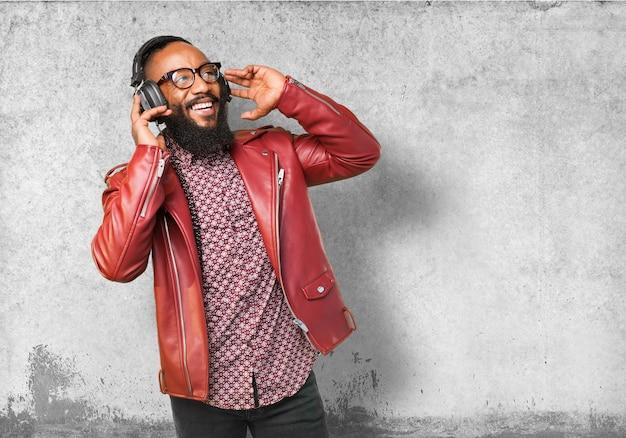 Man luisteren naar muziek terwijl het glimlachen