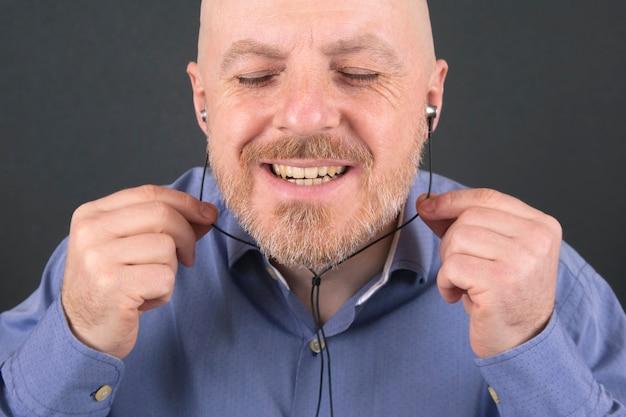 Man luisteren naar muziek via een koptelefoon