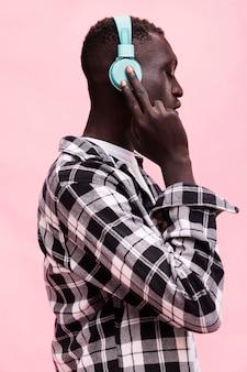 Man luisteren naar muziek