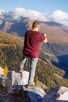 Man maakt een fotoshoot prachtig landschap de camera
