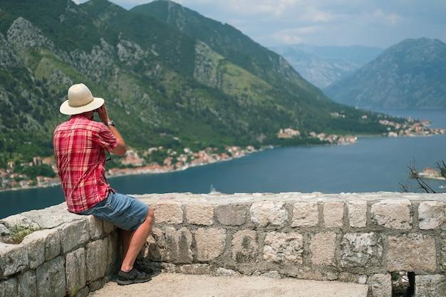 Man maakt foto's in het prachtige natuurlandschap montenegro