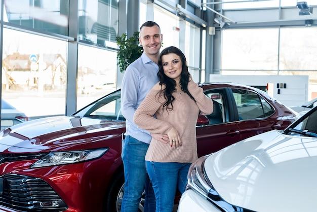 Man maakt verrassing voor zijn vrouw in showroom surprise
