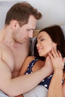 Man maakt zijn geliefde vrouw wakker