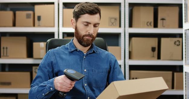 Man mail werknemer scannen pakket