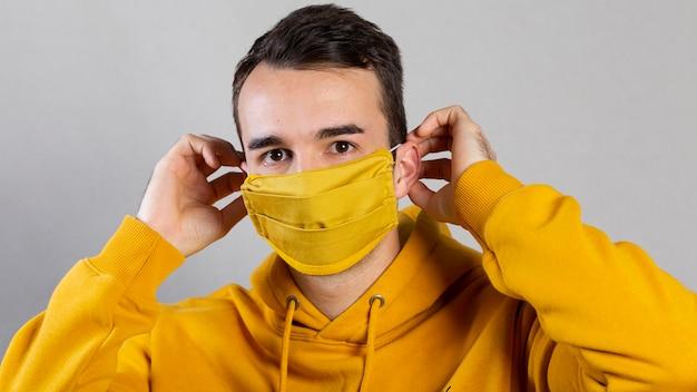 Man medische masker op gezicht zetten
