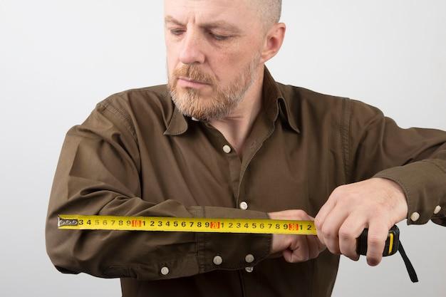 Man meet de lengte van zijn elleboog centimeter