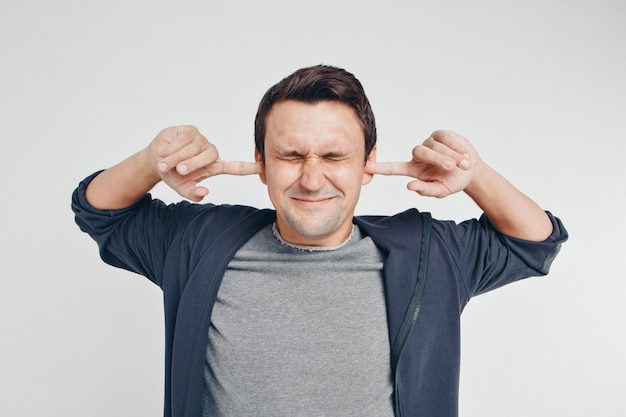 Man met aangesloten oren en gesloten ogen