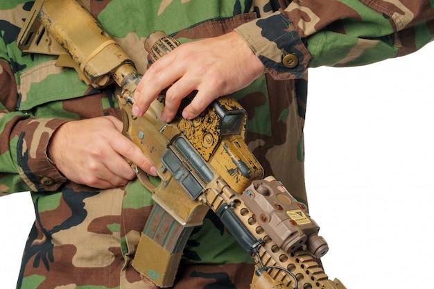 Man met airsoft slijtage en luchtgeweer