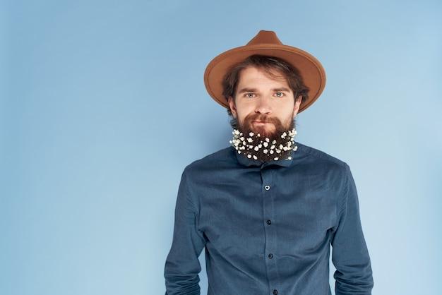 Man met baard bloemen shirt ecologie mode blauwe achtergrond