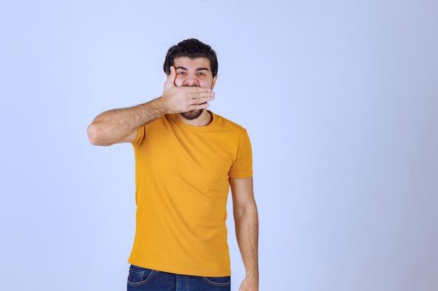 Man met baard die een deel van zijn gezicht bedekt en lacht