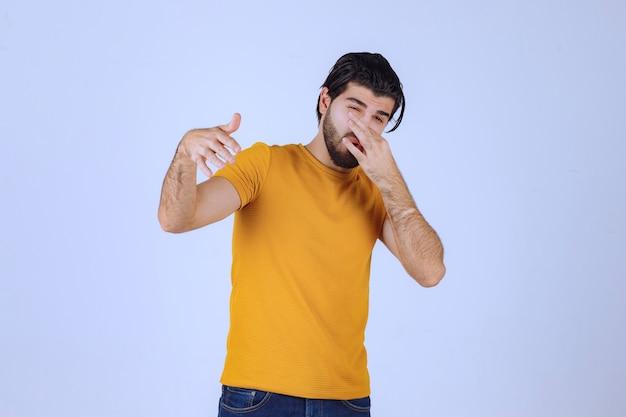 Man met baard die een slechte geur voelt