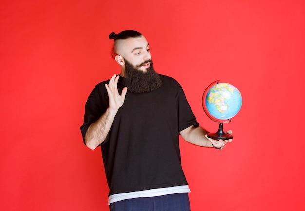 Man met baard die hallo zegt tegen de wereld.