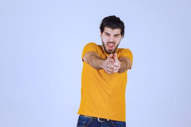 Man met baard die handpistoolteken toont