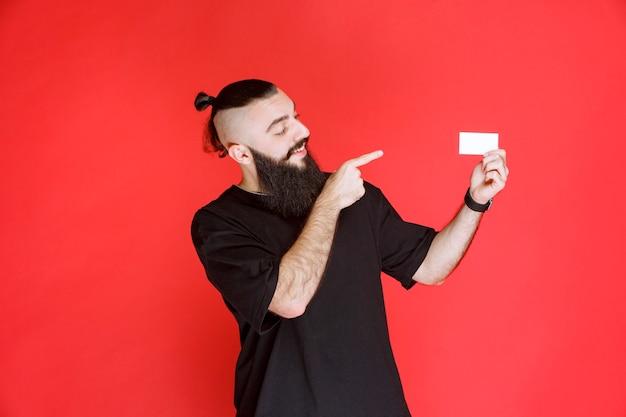 Man met baard die zijn visitekaartje voorstelt.