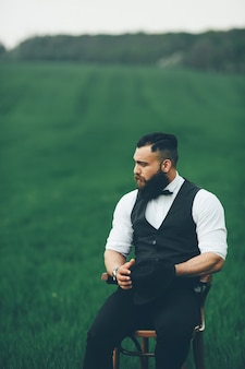 Man met baard en zonnebril in het groene veld
