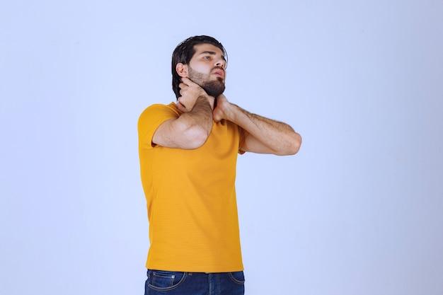 Man met baard heeft hoofdpijn en voelt zich ziek