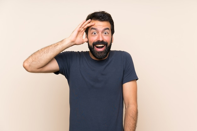 Man met baard met verrassing en geschokte gelaatsuitdrukking