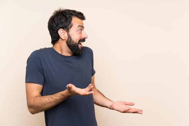Man met baard met verrassing gezichtsuitdrukking