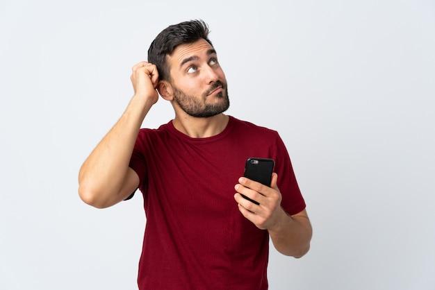 Man met baard op geïsoleerde achtergrond