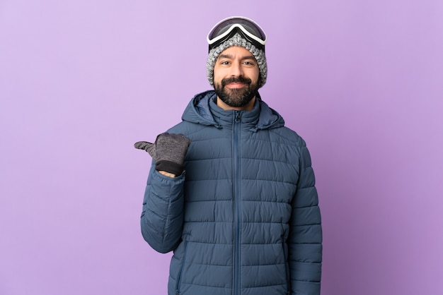 Man met baard over geïsoleerde achtergrond