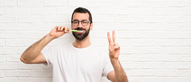 Man met baard tanden poetsen