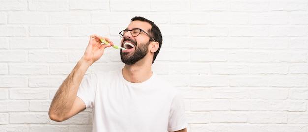 Man met baard tandenpoetsen
