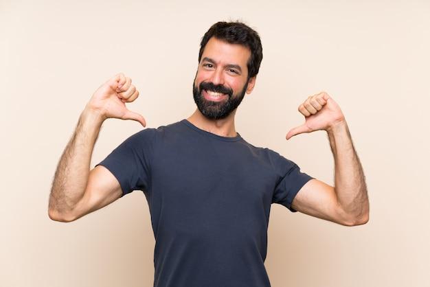 Man met baard trots en zelf tevreden