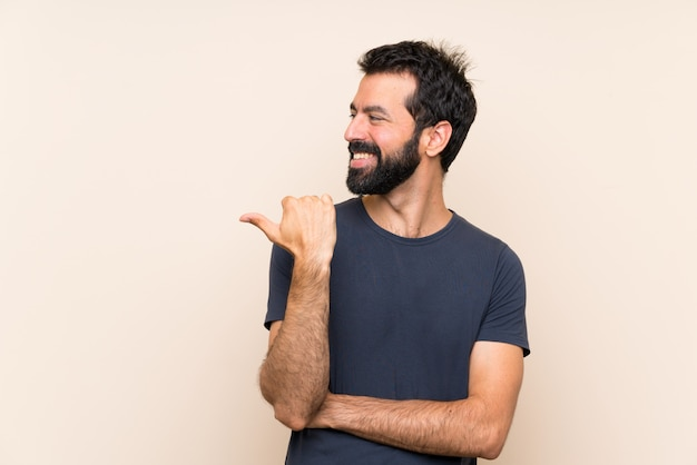 Man met baard wijst naar de zijkant om een product te presenteren