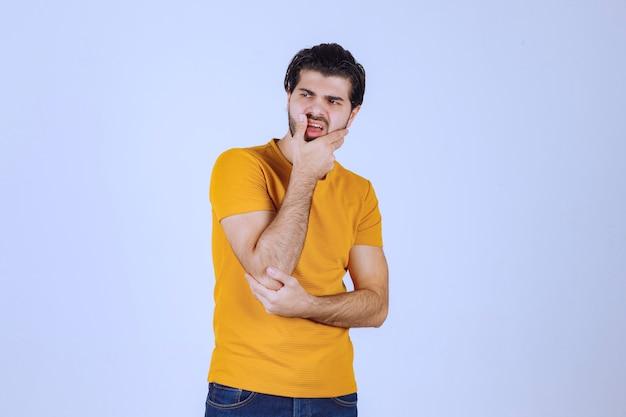 Man met baard ziet er agressief en boos uit