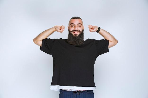 Man met baard ziet er slaperig en moe uit.