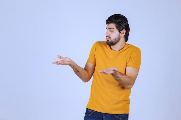 Man met baard ziet er verward en verloren uit