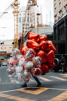 Man met ballonnen