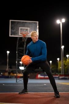 Man met basketbal volledig schot