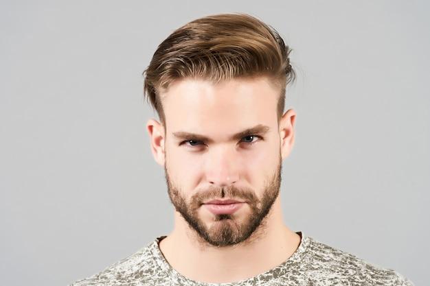 Man met bebaard gezicht stijlvol kapsel kapsalon kapper salon kapperszaak huid verzorgen